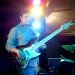 Andi Kober Bassist der D-Lite Partyband aus Geseke NRW beim Schützenfest Hellinghausen 2017