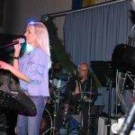 Elli Ernst Sängerin der D-Lite Partyband aus Geseke mit Drummer Tom Väth beim Schützenfest Plettenberg 2017 am Samstag