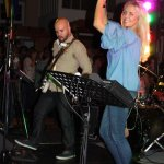 Elli Ernst Sängerin der D-Lite Partyband aus Geseke mit Gitarrist Davide Catalano beim Schützenfest Plettenberg 2017 am Samstag