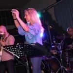 Elli Ernst Sängerin der D-Lite Partyband aus Geseke mit Gitarrist Davide Catalano und Thomas Väth der TV-Drummer beim Schützenfest Plettenberg 2017 am Samstag