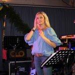 Elli Ernst, die Sängerin der D-Lite Partyband aus Geseke NRW beim Schützenfest Plettenberg 2017 am Samstag