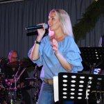 Elli Ernst Sängerin der D-Lite Partyband aus Geseke beim Schützenfest Plettenberg 2017 am Samstag