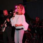 Elli Ernst Sängerin der D-Lite Partyband aus Geseke mit Gitarrist Davide Catalano und Thomas Väth der TV-Drummer beim Schützenfest Plettenberg 2017 am Sonntag