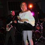 Elli Ernst Sängerin der D-Lite Partyband aus Geseke mit Davide Catalano beim Schützenfest Plettenberg 2017 am Sonntag