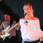Elli Ernst Sängerin und Andi Kober Bassist der D-Lite Partyband aus Geseke beim Schützenfest Plettenberg 2017 am Sonntag