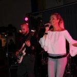 Elli Ernst Sängerin der D-Lite Partyband aus Geseke mit Gitarrist Davide Catalano beim Schützenfest Plettenberg 2017 am Sonntag