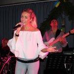 Elli Ernst Sängerin der D-Lite Partyband aus Geseke mit Bassist Andi Kober beim Schützenfest Plettenberg 2017 am Sonntag