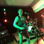 Luke Mays-Sänger und Gitarrist der D-Lite Partyband aus Geseke beim Schützenfest Boke 2017